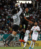 MANIZALES - COLOMBIA -27-02-2016: Juan Carlos Henao (Izq.) portero de Once Caldas, disputa el balón con Luis Carlos Ruiz (Der.) jugador de Atletico Nacional, durante partido Once Caldas y Atletico Nacional, por la fecha 7 de la Liga de Aguila I 2016 en el estadio Palogrande en la ciudad de Manizales. / Juan Carlos Henao (L) of Once Caldas, figths the ball with Luis Carlos Ruiz (R) player of Atletico Nacional, during a match Once Caldas and Atletico Nacional, for date 7 of the Liga de Aguila I 2016 at the Palogrande stadium in Manizales city. Photo: VizzorImage  / Santiago Osorio / Cont