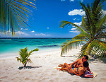 Dominikanische Republik, Isla Saona, Laguna Canto de la Playa, junges Paar liegt allein an einem einsamen Strand, verliebt | Dominican Republic, Saona Island, Laguna Canto de la Playa, young couple lying at deserted beach