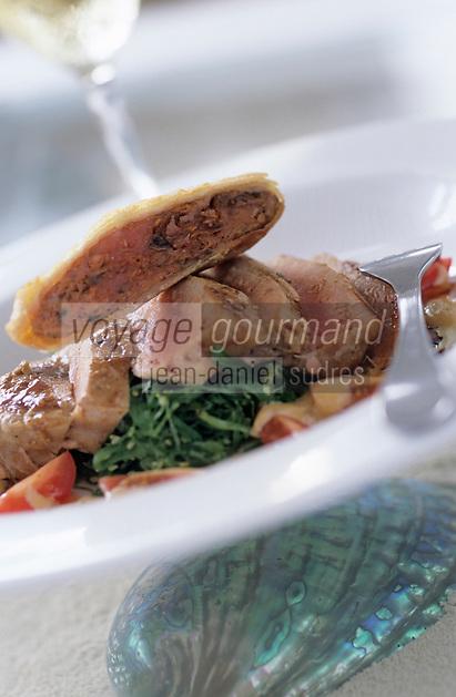 Iles Bahamas /Ile d'Eleuthera/Harbour Island/Dunmore Town: Ahi Tuna sashimi with seaweed salad and peanut sauce (Sashimi de thon en salade de fruits de mer et sauce cacahuette), recette de David Mac Callum Chef du restaurant de l'Hotel Coral Sands // Bahamas Islands / Eleuthera Island / Harbor Island / Dunmore Town: Ahi Tuna sashimi with seaweed salad and peanut sauce (tuna sashimi with seafood salad and peanut sauce) recipe by David Mac Callum Chef of the hotel restaurant Coral Sands