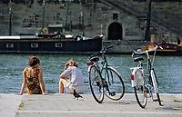 Europe/France/Ile-de-France/75/Paris/75001 : Port des Bourdonnais - Touristes et bicyclettes sur les quais //  Europe / France / Ile-de-France / 75 / Paris / 75001: Port des Bourdonnais - Tourists and bicycles on the quays
