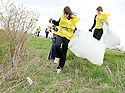20/04/2010   Copyright  Pic : James Stewart.11_helix_litter  .::  HELIX PROJECT ::  KIDS FROM BRAES HIGH SCHOOL TAKE PART IN THE LITTER PICK AT THE FORTH & CLYDE CANAL BETWEEN LOCK 2 AND THE BLUE BRIDGE ::.