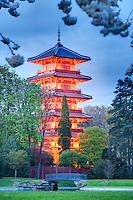 Belgique, Bruxelles, Laeken, le domaine royale du château de Laeken, la tour japonaise le soir // Belgique, Bruxelles, Laeken, the Japanese Tower by night.