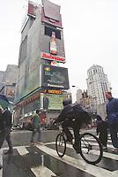 Times Square Ecke 34th Street.<br /> New York City, 28.12.1998<br /> Copyright: Christian-Ditsch.de<br /> [Inhaltsveraendernde Manipulation des Fotos nur nach ausdruecklicher Genehmigung des Fotografen. Vereinbarungen ueber Abtretung von Persoenlichkeitsrechten/Model Release der abgebildeten Person/Personen liegen nicht vor. NO MODEL RELEASE! Don't publish without copyright Christian-Ditsch.de, Veroeffentlichung nur mit Fotografennennung, sowie gegen Honorar, MwSt. und Beleg. Konto:, I N G - D i B a, IBAN DE58500105175400192269, BIC INGDDEFFXXX, Kontakt: post@christian-ditsch.de]