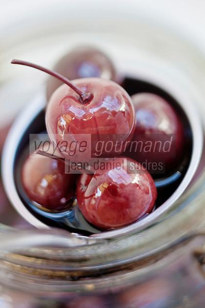 Europe/France/Aquitaine/40/Landes/Dax: Repas chez Madame Aimé, Boucherie: Maison Aimé, Les fruits à l'alcool, cerises bigarreau, coeur de pigeon à l'eau de vie Simone Aimé