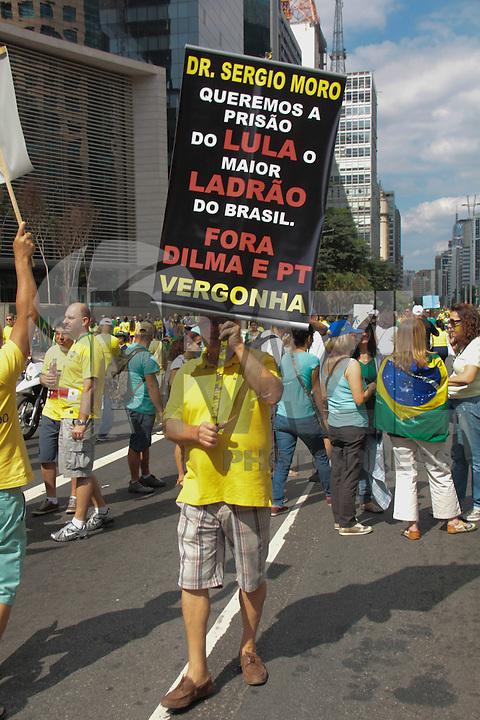 SÃO PAULO,SP, 16.08.2015 - PROTESTO-DILMA - Manifestantes durante ato contra o governo Dilma Rousseff (Partido dos Trabalhadores) na Avenida Paulista em São Paulo, neste domingo, 16. (Foto Marcio Ribeiro / Brazil Photo Press)