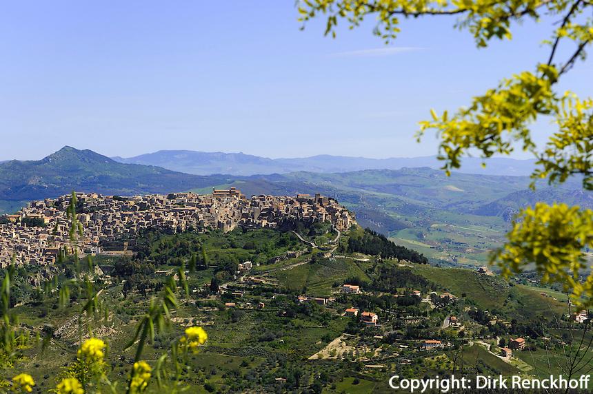Blick auf Calascibetta bei Enna, Sizilien, Italien