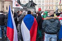 """Am Samstag den 31. Januar 2015 versammelten sich auf dem Staromestske Namesti-Platz (Alststaetter Markt / Old Town Square) in Prag ca. 500 Anhaenger der Pegida-Bewegung. Wie in Deutschland sind die Pegida (Patriotische Europaere gegen die Islamisierung des Abendlandes) Neonazis, Hooligans, Islamsfeinde und sog. """"Besorgte Buerger"""".<br /> Gegen die Pegida-Kundgebung protestierten Vertreter verschiedener Religionen, Antifaschisten, Sinti und Roma mit einem Gottesdienst, Gesaengen und Plakaten und Schildern, auf denen sich zum Teil ueber die Islamophobie der Pegida-Anhaenger lustig gemacht wurde. Beide Veranstaltungen fanden gleichzeitig nebeneinander auf dem Platz statt. Aus der Pegida-Kundgebung kamen immer wieder heftige Beschimpfungen und Neonazis versuchten Gegendemonstranten ein Transparent zu entreissen.<br /> 31.1.2015, Prag<br /> Copyright: Christian-Ditsch.de<br /> [Inhaltsveraendernde Manipulation des Fotos nur nach ausdruecklicher Genehmigung des Fotografen. Vereinbarungen ueber Abtretung von Persoenlichkeitsrechten/Model Release der abgebildeten Person/Personen liegen nicht vor. NO MODEL RELEASE! Nur fuer Redaktionelle Zwecke. Don't publish without copyright Christian-Ditsch.de, Veroeffentlichung nur mit Fotografennennung, sowie gegen Honorar, MwSt. und Beleg. Konto: I N G - D i B a, IBAN DE58500105175400192269, BIC INGDDEFFXXX, Kontakt: post@christian-ditsch.de<br /> Bei der Bearbeitung der Dateiinformationen darf die Urheberkennzeichnung in den EXIF- und  IPTC-Daten nicht entfernt werden, diese sind in digitalen Medien nach §95c UrhG rechtlich geschuetzt. Der Urhebervermerk wird gemaess §13 UrhG verlangt.]"""