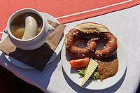 Brotzeit mit Brezel  und Weißwurst im Allgäu, Bayern, Deutschland<br /> Light meal with pretzel and bavarian sausage, Allgäu, Bavaria, Germany