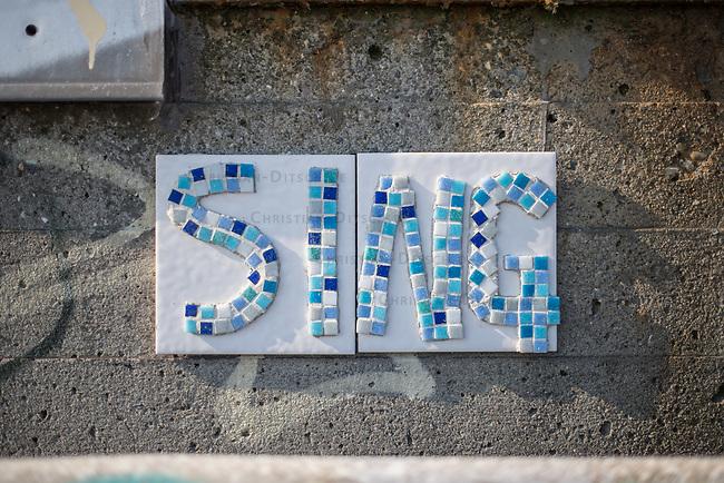"""Streetart in Hamburg.<br /> Unbekannte haben im Hamburger Hafen aus Mosaiksteinen und Kacheln das Wort """"Sing"""" (Sing) an einen ehemaligen Speicher geklebt.<br /> 9.5.2020, Hamburg<br /> Copyright: Christian-Ditsch.de<br /> [NUR FUER REDAKTIONELLE ZWECKE! Werbung nur auf Anfrage beim Fotografen.Inhaltsveraendernde Manipulation des Fotos nur nach ausdruecklicher Genehmigung des Fotografen. Vereinbarungen ueber Abtretung von Persoenlichkeitsrechten/Model Release der abgebildeten Person/Personen liegen nicht vor. NO MODEL RELEASE! Don't publish without copyright Christian-Ditsch.de, Veroeffentlichung nur mit Fotografennennung, sowie gegen Honorar, MwSt. und Beleg. Konto: I N G - D i B a, IBAN DE58500105175400192269, BIC INGDDEFFXXX, Kontakt: post@christian-ditsch.de<br /> Bei der Bearbeitung der Dateiinformationen darf die Urheberkennzeichnung in den EXIF- und  IPTC-Daten nicht entfernt werden, diese sind in digitalen Medien nach §95c UrhG rechtlich geschuetzt. Der Urhebervermerk wird gemaess §13 UrhG verlangt.]"""