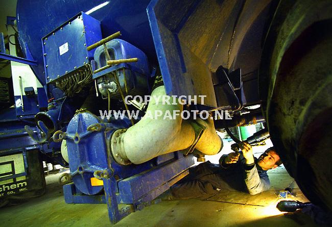 Aerdt,260100  Foto: Koos Groenewold (APA)<br />Edwin Geurts van loonbedrijf gebr. Sloot ligt onder de `terragator` een bemestingsvoetuig.
