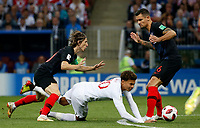 MOSCU - RUSIA, 11-07-2018: <br /> Luka MODRIC (C) (Izq) y Dejan LOVREN (Der) jugadores de Croacia disputan el balón con Dele ALLI (C) jugador de Inglaterra durante partido de Semifinales por la Copa Mundial de la FIFA Rusia 2018 jugado en el estadio Luzhnikí en Moscú, Rusia. / Luka MODRIC (C) (L) and Dejan LOVREN (L) players of Croatia fight the ball with Dele ALLI (R) player of England during match of Semi-finals for the FIFA World Cup Russia 2018 played at Luzhniki Stadium in Moscow, Russia. Photo: VizzorImage / Julian Medina / Cont