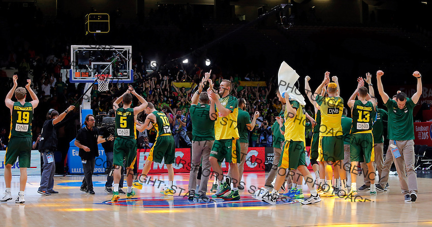 Lithuania's national basketball team players celebrate after European championship semi-final basketball match between Serbia and Lithuania on September 18, 2015 in Lille, France  (credit image & photo: Pedja Milosavljevic / STARSPORT)