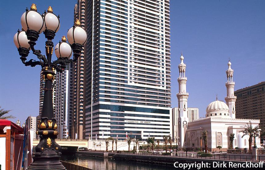 Vereinigte arabische Emirate (VAE, UAE), Sharja, Moschee am Kanal Qanat al Qasba