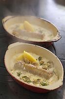 Europe/France/Bourgogne/89/Yonne/Chablis: Michel Vignaud restaurateur Hostellerie des Clos prépare une andouillette de Chablis avec une sauce à la crème au Chablis
