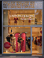 Dessous-Geschäft auf der Grand Rue, Luxemburg-City, Luxemburg, Europa<br /> Lingerie shop at Grand Rue, Luxembourg City, Europe