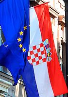 KROATIEN, 09.2012, Zagreb. Parlamentsgebaeude mit kroatischer und EU-Flagge. | A Croatian national flag beside a European Union flag outside the state parliament building.   © Oliver Bunic/EST&OST