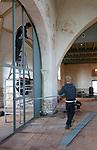 Foto: VidiPhoto<br /> <br /> VALBURG – In Valburg in de Betuwe is maandag begonnen met de tweede en laatste fase van de restauratie van de hervormde kerk, die dateert van de 11e eeuw. Behalve dat er aan de binnenzijde nieuw stucwerk wordt aangebracht, wordt ook de eikenhouten wand tussen kerk en consistoriekamer verwijderd. De Hervormde gemeente van Valburg-Homoet is een van de weinige PKN-gemeenten in ons land waarvan het aantal kerkgangers juist toeneemt. Om iedereen coronaproof plek te kunnen geven is extra ruimte nodig. Met het weghalen van de wand, die tijdens de restauratie van 1973 is aangebracht, worden zo'n twintig plekken extra gecreëerd en kunnen alle leden iedere zondag weer tweemaal een dienst bijwonen. De totale restauratiekosten zijn geraamd op ruim een ton. Hoofdaannemer is Polman uit Kesteren. Vrijwilligers verrichten voorbereidende werkzaamheden.