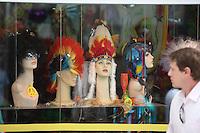 SAO PAULO,SP, 10 DE FEVEREIRO DE 2012 - CARNAVAL 2012 - SP - COMERCIO CARNAVAL -  Comercio de fantasia para o carnaval na regiao da 25 de marco, zona central da cidade, registra aumento de vendas com a proximidade do carnaval - FOTO RICARDO LOU - NEWS FREE