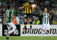 MEDELLÍN -COLOMBIA-08-03-2016. Alejandro Guerra (Der) jugador de Atlético Nacional de Colombia disputa el balón con Tomas Costa (Izq) jugador de Peñarol de Uruguay durante partido por la fecha 3, G4, de la Copa Bridgestone Libertadores 2016 jugado en el estadio Atanasio Girardot de la ciudad de Medellín. / Alejandro Guerra (R) player of Atletico Nacional of Colombia fights for the ball with Tomas Costa (L) player of Peñarol of Uruguay during a match for the date 3, G4, of the Copa Bridgestone Libertadores 2016 played at Atanasio Girardot stadium in Medellin city. Photo: VizzorImage/ León Monsalve /Str