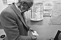 - Milan, policy shop for the national lottery game (November 1990)....- Milano, ricevitoria per il gioco del lotto (novembre 1990)