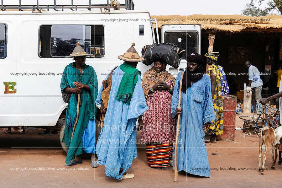 MALI, Djenne, market day, Fulani or Peulh man with traditional hat Tengaade /Markttag, Fulbe oder Fulani Mann mit Hut