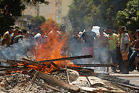 Camelôs entram em confronto com a polícia militar após ordem judicial para que fossem removidos da av Presidente Vargas e Padre Eutíqui.<br /> Belém, Pará, Brasil.<br /> Foto Paulo Santos<br /> 19/01/2008