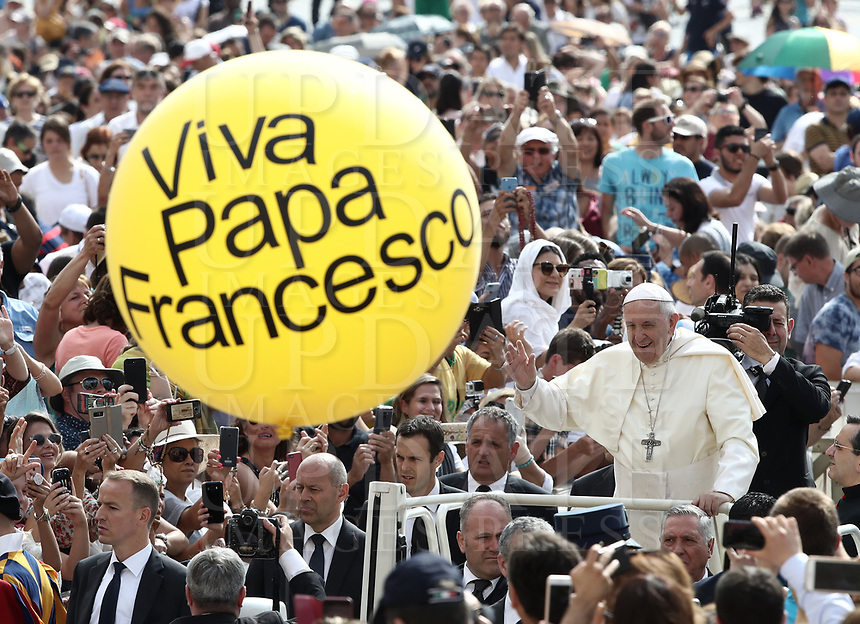 """Un pallone con scritto """"W Papa Francesco"""" viene mostrato da un fedele all'arrivo di Papa Francesco all'udienza generale del mercoledi' in Piazza San Pietro, Citta' del Vaticano, 13 giugno, 2018.<br /> A balloon with writing reading """"Cheers Pope Francis"""" is held by faithful as Pope Francis arrives to to lead his weekly general audience in St. Peter's Square at the Vatican, on June 13, 2018.<br /> UPDATE IMAGES PRESS/Isabella Bonotto<br /> <br /> STRICTLY ONLY FOR EDITORIAL USE"""