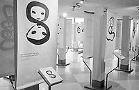 """Ausstellung zum Thema """"Menschenrechte"""" im Foyer des UN-Gebaeudes. Jeder Artikel der Menschenrechtscharta ist mit einer anderen Grafik symbolisiert.<br /> Hier: Der Artikel 1: Jeder Mensch ist mit gleicher Wuerde und Rechten geboren.<br /> New York City, 5.1.1999<br /> Copyright: Christian-Ditsch.de<br /> [Inhaltsveraendernde Manipulation des Fotos nur nach ausdruecklicher Genehmigung des Fotografen. Vereinbarungen ueber Abtretung von Persoenlichkeitsrechten/Model Release der abgebildeten Person/Personen liegen nicht vor. NO MODEL RELEASE! Don't publish without copyright Christian-Ditsch.de, Veroeffentlichung nur mit Fotografennennung, sowie gegen Honorar, MwSt. und Beleg. Konto:, I N G - D i B a, IBAN DE58500105175400192269, BIC INGDDEFFXXX, Kontakt: post@christian-ditsch.de]"""