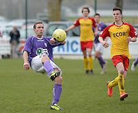 Sparta Heester - SV Anzegem : Arne Van Nieuwenhuyse (l) aan de bal voor Glenn De Meyer (r)<br /> foto VDB / BART VANDENBROUCKE