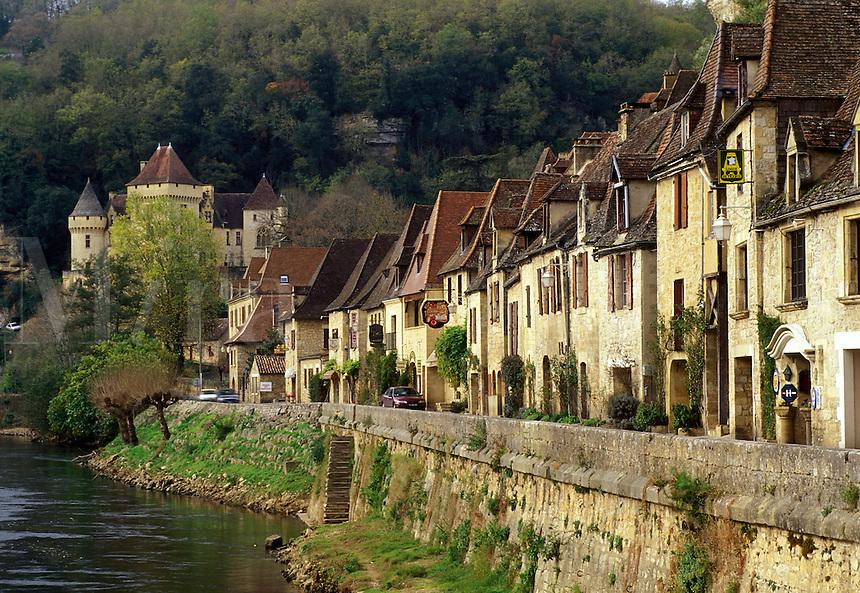 Perigord, France, Dordogne, La Roque Gageac, Aquitaine, Europe, The medieval village of La Roque Gageac is nestled under limestone cliffs along bank of the Dordogne River.