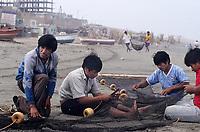 Amérique/Amérique du Sud/Pérou/Env de Chiclayo/Pimentel : Pêcheurs réparant leurs filets