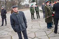 """Angehoerige der russischen Streitkraefte, und Berliner Russen begingen am Montag den 23. Februar 2015 den sog. """"Tag des Befreiers des Vaterlandes"""" (frueher """"Tag des Rotarmisten"""" und """"Tag der sowjetischen Streitkraefte"""") am sowjetischen Ehrenmal in Berlin-Treptow. Der Feiertag geht auf den """"Befehl 95"""" des Revolutionsfuehres Lenin zurueck.<br /> Im Bild: Hans Modrow. Modrow war vom 13. November 1989 bis 12. April 1990 der letzte Vorsitzende des Ministerrates und somit Chef der Regierung. <br /> 23.2.2015, Berlin<br /> Copyright: Christian-Ditsch.de<br /> [Inhaltsveraendernde Manipulation des Fotos nur nach ausdruecklicher Genehmigung des Fotografen. Vereinbarungen ueber Abtretung von Persoenlichkeitsrechten/Model Release der abgebildeten Person/Personen liegen nicht vor. NO MODEL RELEASE! Nur fuer Redaktionelle Zwecke. Don't publish without copyright Christian-Ditsch.de, Veroeffentlichung nur mit Fotografennennung, sowie gegen Honorar, MwSt. und Beleg. Konto: I N G - D i B a, IBAN DE58500105175400192269, BIC INGDDEFFXXX, Kontakt: post@christian-ditsch.de<br /> Bei der Bearbeitung der Dateiinformationen darf die Urheberkennzeichnung in den EXIF- und  IPTC-Daten nicht entfernt werden, diese sind in digitalen Medien nach §95c UrhG rechtlich geschuetzt. Der Urhebervermerk wird gemaess §13 UrhG verlangt.]"""
