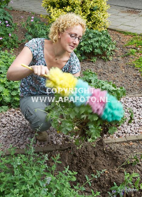 Lathum, 130511<br /> Leontien Witjes heeft een website voor de verkoop van 2e hands plantjes.<br /> Foto: Sjef Prins - APA Foto