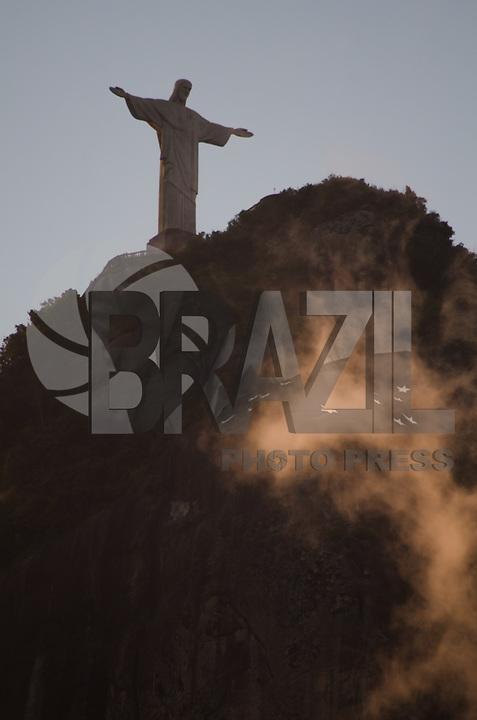 RIO DE JANEIRO, RJ, 9.02.2018 - CLIMA-RJ - Cristo Redentor no final de tarde, zona Sul, nesta sexta, Rio de Janeiro, (9). (Foto: Vanessa Ataliba/Brazil Photo Press)