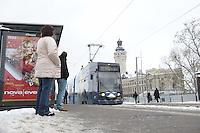 LVB - TRAM Straßebhan Leoliner ÖPNV Nahverkehr öffentliche - im Bild: einfahrende Straßenbahn an der Haltestelle Wilhelm-Leuschner-Platz / Leuschnerplatz . Wartende .Foto: Norman Rembarz .