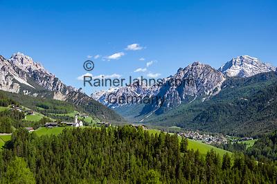 Italien, Suedtirol (Trentino - Alto Adige), Enneberg Pfarre, Ortsteil Hof (ladinisch Curt) mit Filialkirche, Naturpark Fanes-Sennes-Prags, im Hintergrund St. Vigil in Enneberg und die Pragser Dolomiten | Italy, South Tyrol (Trentino - Alto Adige), Pieve di Marebbe, district Curt with subsidiary church, Fanes-Sennes-Prags Nature Park, at background San Vigilio di Marebbe and Prags Dolomites (Dolomiti di Braies)