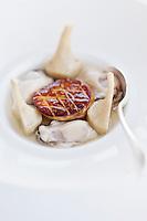 Europe/France/Pays de la Loire/44/Loire-Atlantique/La Plaine-sur-Mer: Huitres Gillardeau, foie gras de canard grillé, consommé d'artichauts violets à la coriandre fraiche, recette de  Philippe Vétélé - Hôtel-Restaurant: Anne de Bretagne, port de la Gravette