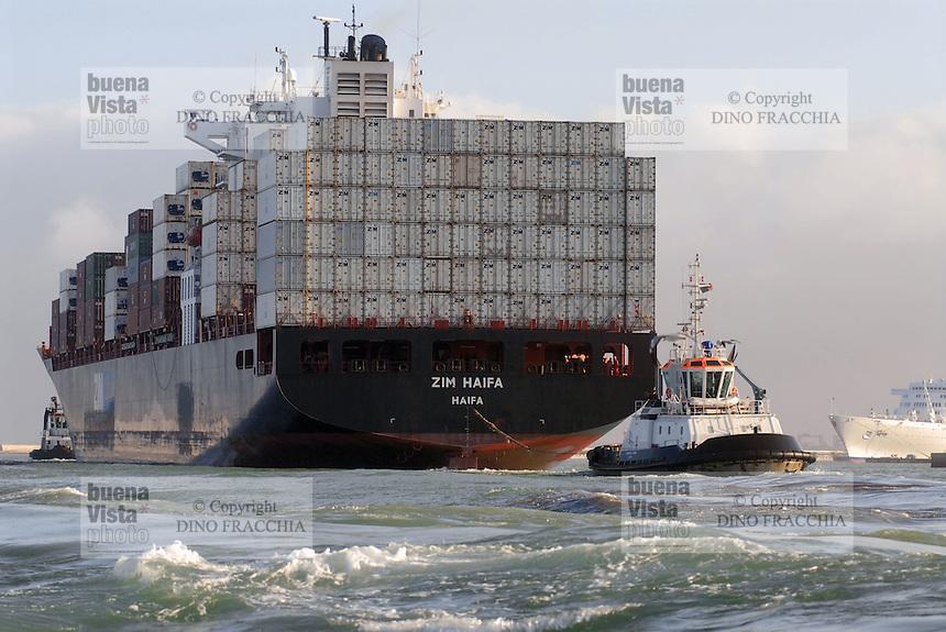 - container ship enter in Livorno harbour....- nave portacontainer entra nel porto di Livorno