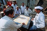 Asie/Inde/Bombay: Sassoon Docks Au retour de la pèche les pécheurs jouent au Carrom Board