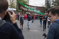 """Bei einer Mahnwache mit Kundgebung unter dem Motto """"Sachsen! Stop den Mob!"""" am Freitag den 31. August 2018 vor der Saechsischen Landesvertretung in Berlin-Mitte protestierten mehrere hundert Menschen gegen die rechtsextremen Ausschreitungen in Chemnitz und die Untaetigkeit der saechsischen Landesregierung.<br /> Die Teilnehmer gedachten der Opfer von Gewalt in Sachsen. Die Vorgaenge in Chemnitz und zuvor in Hoyerswerda, Freital, Heidenau, Bautzen oder Dresden ist fuer sie ein fortgesetztes eklatantes Staatsversagen. Sie forderten die Landesregierung auf, """"endlich mit aller Haerte den Rechtsstaat in Sachsen wiederherzustellen, alle Menschen aller Hautfarben, Religionen, geschlechtlichen Identitaeten und sexuellen Orientierungen und ihre Institutionen in Sachsen gegen Gewalt zu schuetzen und gegen Rechtsradikalismus, Rassismus und Fremdenhass mit aller Entschiedenheit vorzugehen"""".<br /> 31.8.2018, Berlin<br /> Copyright: Christian-Ditsch.de<br /> [Inhaltsveraendernde Manipulation des Fotos nur nach ausdruecklicher Genehmigung des Fotografen. Vereinbarungen ueber Abtretung von Persoenlichkeitsrechten/Model Release der abgebildeten Person/Personen liegen nicht vor. NO MODEL RELEASE! Nur fuer Redaktionelle Zwecke. Don't publish without copyright Christian-Ditsch.de, Veroeffentlichung nur mit Fotografennennung, sowie gegen Honorar, MwSt. und Beleg. Konto: I N G - D i B a, IBAN DE58500105175400192269, BIC INGDDEFFXXX, Kontakt: post@christian-ditsch.de<br /> Bei der Bearbeitung der Dateiinformationen darf die Urheberkennzeichnung in den EXIF- und  IPTC-Daten nicht entfernt werden, diese sind in digitalen Medien nach §95c UrhG rechtlich geschuetzt. Der Urhebervermerk wird gemaess §13 UrhG verlangt.]"""