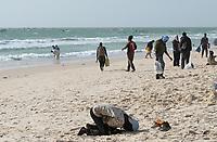 MAURETANIA, Nouakchott, atlantic ocean, fishing harbour, coast fisherman, muslim at prayer time / MAURETANIEN, Nuakschott, Fischerhafen, atlantischer Ozean, Küstenfischer