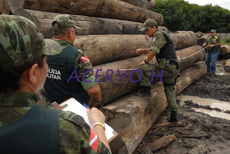 Em uma operação iniciada na última segunda feira as 7:30 horas da manhã nos arredores de Tailândia(sul do Pará), cerca de 120 homens com 30 viaturas,  da Polícia Militar do estado do Pará, polícia civil e agentes do Ibama medem toras de madeira na madeireira Catarinense, suspeita de iregularidade. Durante a operação já foram apreendidas cerca de 10.000 mts cúbicos de espécimes diversas como Jatobá, Mata mata e angelim  com 4 prisões. Até agora seis serrarias uma carvoaria e uma mineradora(areia) já foram autuadas.Tailândia , Pará, Brasil.13/02/2008.Foto Paulo Santos