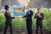"""Wahlkampfaktion der FDP-Jugendorganisation Junge Liberale-Berlin zur Abgeordnetenhauswahl 2016.<br /> Die Jungen Liberalen-Berlin veranstalteten am Dienstag den 2. August 2016 an der sog. Cuvry-Brache in Berlin-Kreuzberg eine Aktion gegen die """"Spekulation mit Grundstuecken durch den Senat von Berlin"""". Dazu verkleideten sich Mitglieder der Jungen Liberalen als Buergermeister Michael Mueller und Bausenator Andreas Geisel (beide SPD) die von einem """"Monopoly-Mann"""" (soll einen Investor darstellen) mit Geld beschenkt werden.<br /> Damit wollten die FDP-Mitglieder gegen die """"Grundstuecksspekulation in der Hauptstadt"""" protestieren.<br /> Im Bild: Der Investor beschenkt den Buergermeister mit Geld.<br /> 2.8.2016, Berlin<br /> Copyright: Christian-Ditsch.de<br /> [Inhaltsveraendernde Manipulation des Fotos nur nach ausdruecklicher Genehmigung des Fotografen. Vereinbarungen ueber Abtretung von Persoenlichkeitsrechten/Model Release der abgebildeten Person/Personen liegen nicht vor. NO MODEL RELEASE! Nur fuer Redaktionelle Zwecke. Don't publish without copyright Christian-Ditsch.de, Veroeffentlichung nur mit Fotografennennung, sowie gegen Honorar, MwSt. und Beleg. Konto: I N G - D i B a, IBAN DE58500105175400192269, BIC INGDDEFFXXX, Kontakt: post@christian-ditsch.de<br /> Bei der Bearbeitung der Dateiinformationen darf die Urheberkennzeichnung in den EXIF- und  IPTC-Daten nicht entfernt werden, diese sind in digitalen Medien nach §95c UrhG rechtlich geschuetzt. Der Urhebervermerk wird gemaess §13 UrhG verlangt.]"""
