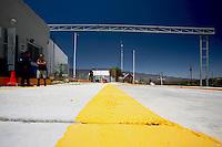 US Confine Arizona Messico Sasabe  Poliziotto e un volontario al Posto di frontiera