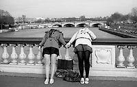 Paris (île de france)<br /> <br /> Deux jeunes filles sur le pont alexandre 3 main dans la main.<br /> <br /> Two girls on the bridge Alexandre 3 together.