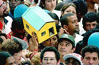 Pagadores de promessa levam objetos durante a procissão para agradecer  Nossa Senhora de Nazaré a uma graça alcançada . A romaria com cerca de 1.500.000 de pessoas é considerada uma das maiores procissões religiosas do planeta.<br />Belém- Pará-Brasil<br />©Foto:Paulo Santos/Interfoto<br />14/10/2001