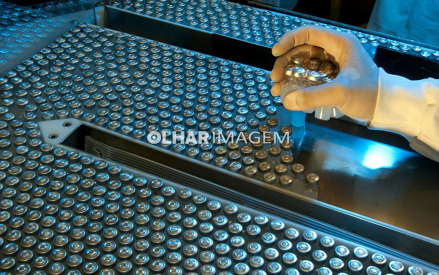 Produçao de vacinas na Fundação Oswaldo Cruz, Fiocruz. Rio de Janeiro. 2010. Foto de Rogerio Reis.