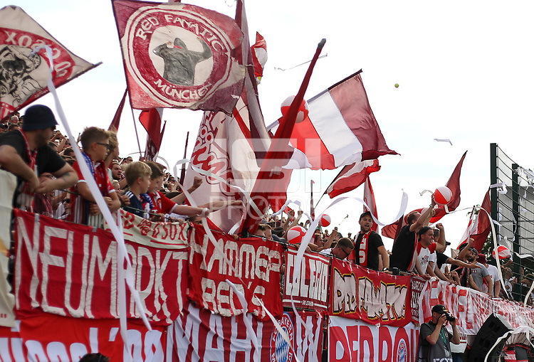 18.08.2018, Football DFB Pokal 2018/2019, 1. round, SV Drochtersen Assel - FC Bayern Muenchen, Kehdinger stadium Drochtersen. Spielunterbrechung, weil die Bayern Fans Wasserbaelle and Papierschlangen aus Spielfeld werfen<br /><br /><br />***DFB rules prohibit use in MMS Services via handheld devices until two hours after a match and any usage on internet or online media simulating video foodaye during the match.*** *** Local Caption *** © pixathlon<br /> <br /> Contact: +49-40-22 63 02 60 , info@pixathlon.de