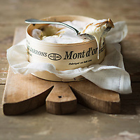 Europe, France, Franche-Comté, 25, Doubs, Ville-du-Pont : AOP Mont d'Or, fromage au lait cru, appelé aussi Vacherin du Haut Doubs,   - Stylisme : Valérie LHOMME // Europe, France, Franche-Comté, Doubs, Ville-du-Pont:  Vacherin is a cow's milk cheese also called  called Mont d'Or, or Vacherin du Haut-Doubs - Stylisme : Valérie LHOMME