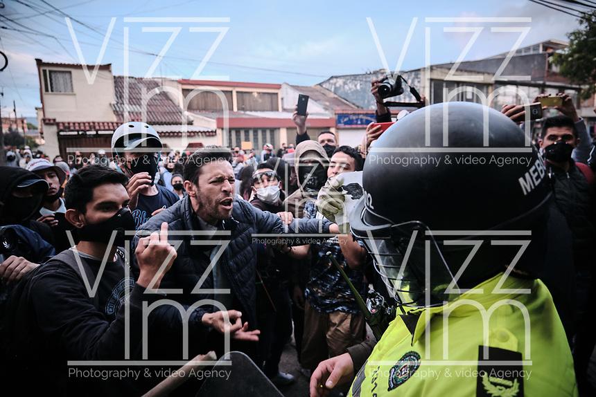 BOGOTA - COLOMBIA, 10-09-2020: Manifestantes gritan a miembros de la Policia durante el segundo día de protestas causadas por el asesinato del abogado Javier Ordoñez, abogado de 46 años, a manos de efectivos de la Policía de Bogotá el pasado miércoles 09 de septiembre de 2020 en el barrio Villa Luz al noroccidente de Bogotá (Colombia). En lo que va corrido del 2020 la alcaldía de Bogotá ha recibido 137 denuncias  de abuso policial de las cuales la Policía acusa recibido de 38.  / Protesters shout at members of the Police during the second day of protests caused by the murder of lawyer Javier Ordoñez, a 46-year-old lawyer, at the hands of members of the Bogotá Police on Wednesday, September 9, 2020 in Villa Luz neighborhood in the northwest of Bogotá (Colombia). So far in 2020 the Bogotá mayor's office has received 137 complaints of police abuse of which the Police accuse they have received 38. Photo: VizzorImage / Alejandro Avendaño / Cont